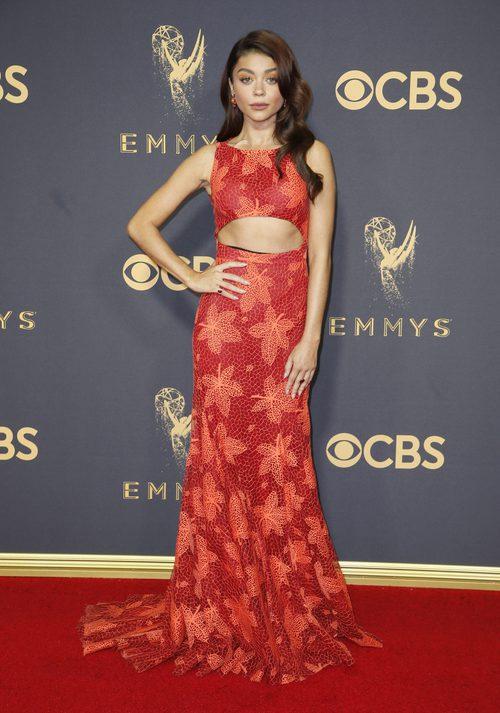 Sarah Hyland con un Zac Posen  en la alfombra roja de los Premios Emmy 2017