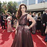 Debra Messing con un vestido burdeos brillante en la alfombra roja de los Emmy 2017