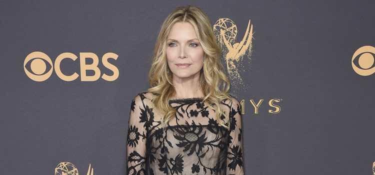 Michelle Pfeiffer con un vestido de Oscar de la Renta en la alfombra roja de los Premios Emmy 2017