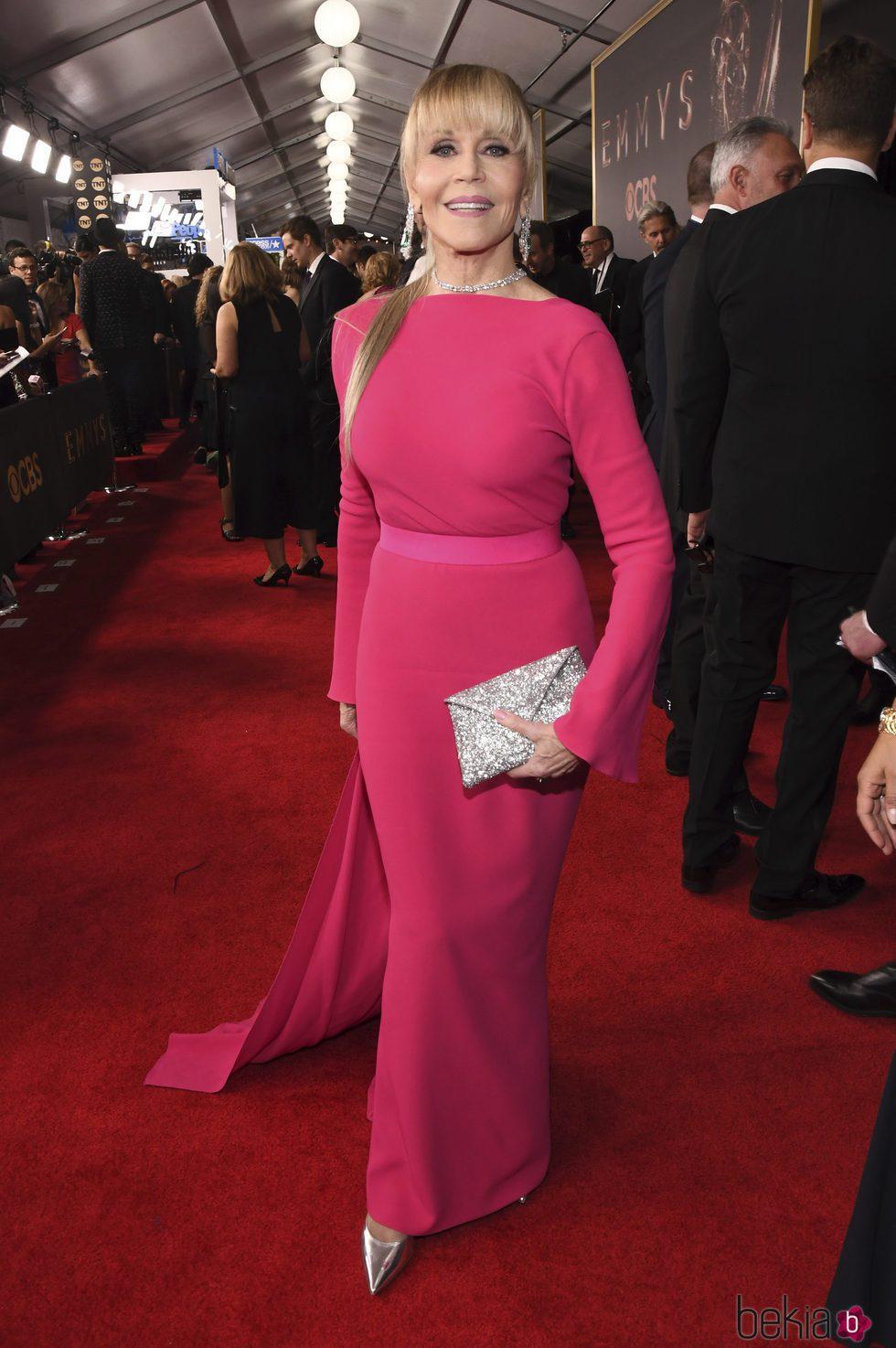 Jane Fonda con un vestido de Brandon Maxwell en la alfombra roja de los Premios Emmy 2017