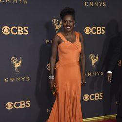 Viola Davis con un vestido de Zac Posen en la alfombra roja de los Premios Emmy 2017