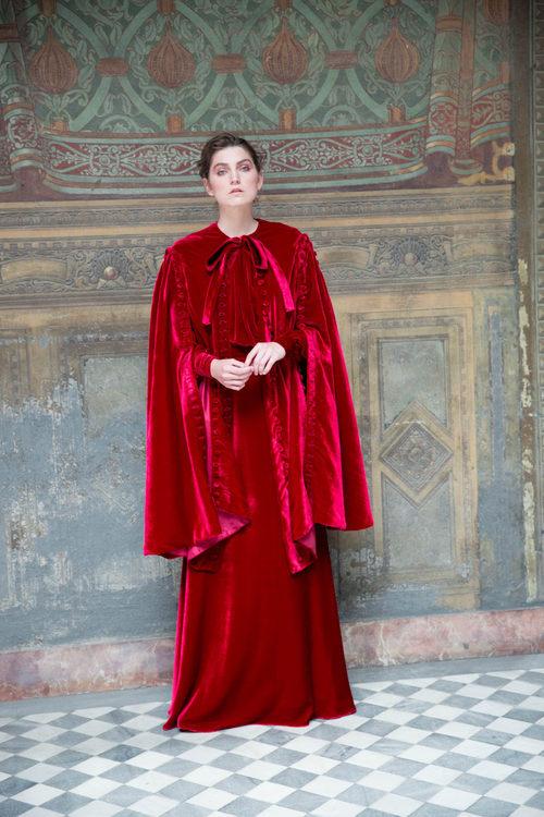 Vestido de terciopelo rojo de Antonio García otoño/invierno 2017/2018