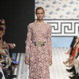 Vestido largo rosa de Jorge Vázquez primavera/verano 2018 en la Madrid Fashion Week