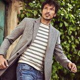 Andrés Velencoso posa en la nueva campaña de Carmela otoño/invierno 2017/2018 con chaqueta gris