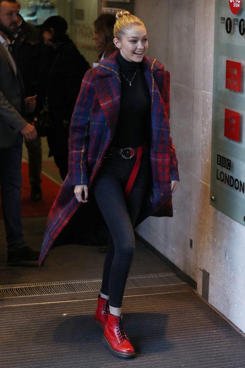 Gigi Hadid pasea por las calles de Londres con su maxi abrigo