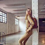 Bregje Heinen posa con botines y bolso marron de la colección de Refresh otoño/invierno 2017/2018