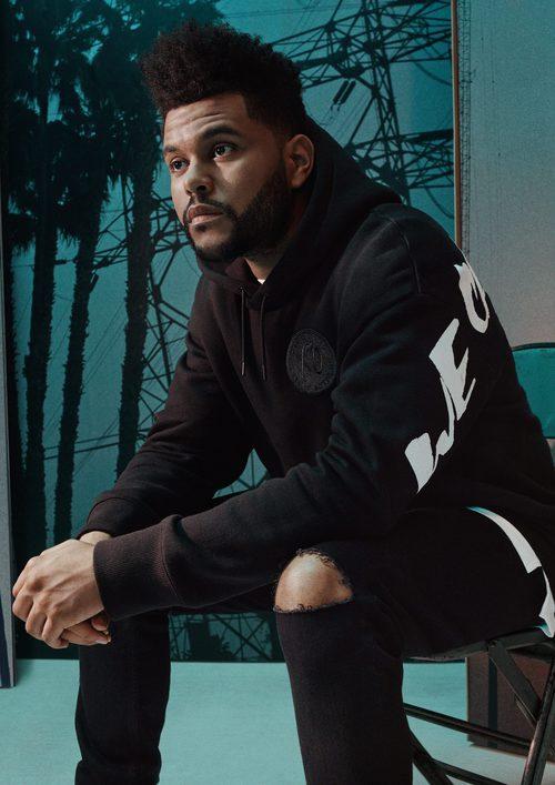 The weeknd posa con sudadera negra de la nueva campaña con H&M otoño/invierno 2017/2018