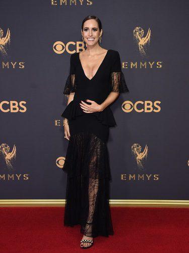 Louise Roe con vestido negro en los Emmy 2017