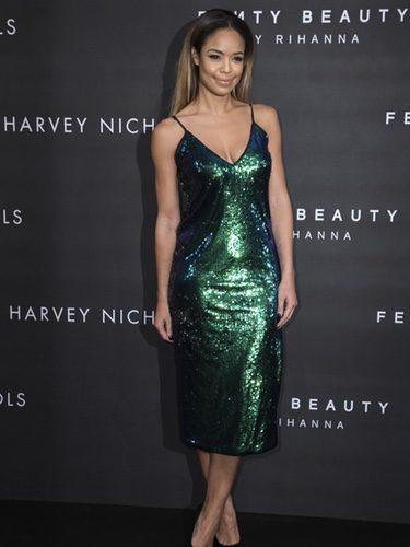 Sarah Jane Crawford con un vestido de lentejuelas en el Fenty Beauty 2017