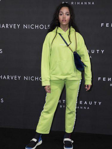 Cassey Chanel con ropa deportiva verde en el Fenty Beauty de Rihanna 2017