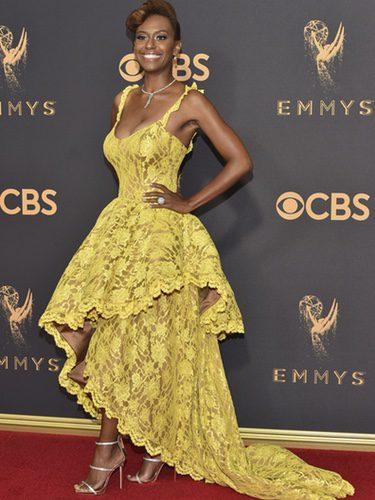 Ryan Michelle con vestido amarillo de encaje en los Emmy 2017