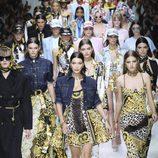 Carrusel final del desfile de Versace en la Milan Fashion Week primavera/verano 2018