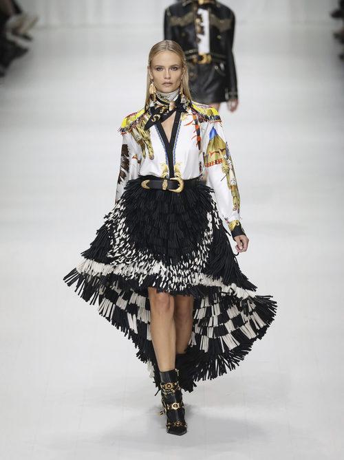 Falda asimétrica de Versace en la Milan Fashion Week primavera/verano 2018