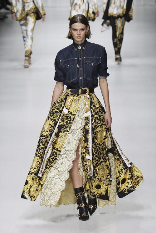 Camisa vaquera de Versace en la Milan Fashion Week primavera/verano 2018