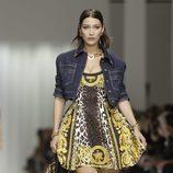 Bella Hadid desfilando para Versace en la Milan Fashion Week primavera/verano 2018