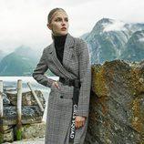 Abrigo largo de cuadros de la nueva colección de Stradivarius otoño/invierno 2017/2018
