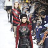 Peto de cuero negro en el desfile primavera/verano 2018 de Dior en Paris Fashion Week