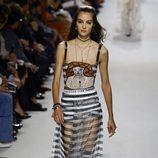 Vestido de rayas negras y blancas en el desfile primavera/verano 2018 de Dior en Paris Fashion Week
