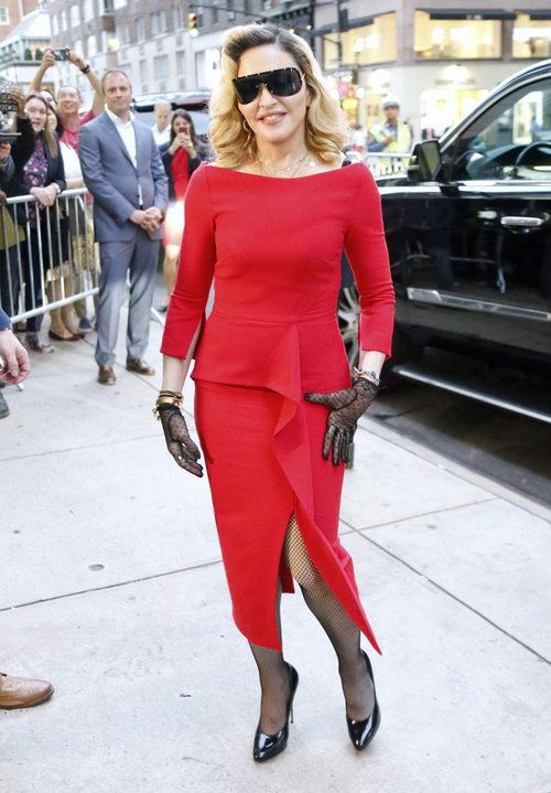 Madonna con un increíble vestido rojo en la presentación de su línea MDNA SKIN