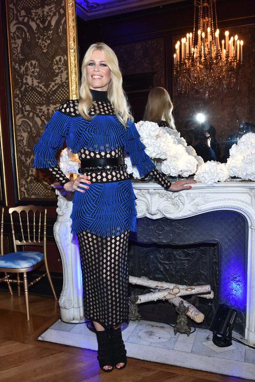 Claudia Schiffer con un conjunto azulón y negro en la Semana de Moda de París 2017