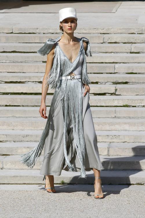 Dos piezas con plumas de Nina Ricci primavera/verano 2018 en la París Fashion Week