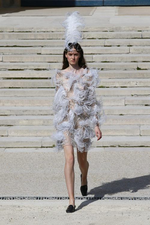 Vestido de plumas de Nina Ricci primavera/verano 2018 en la París Fashion Week