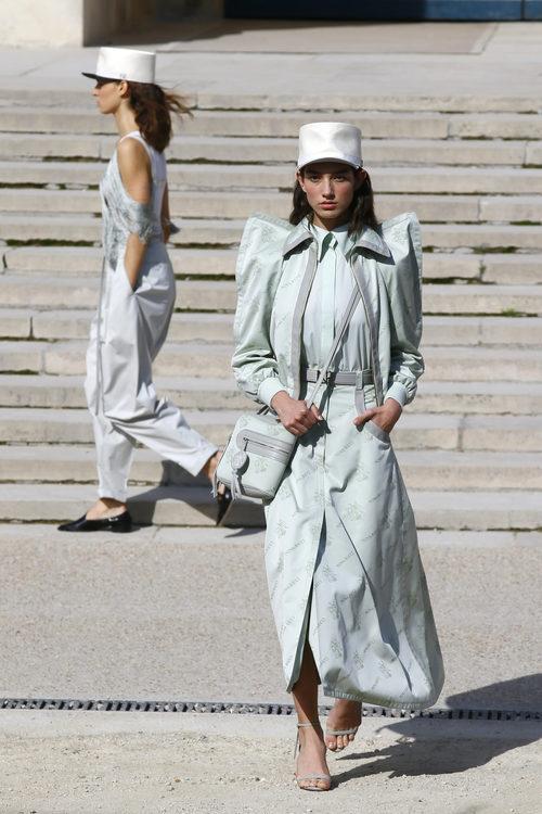 Vestido largo azul de Nina Ricci primavera/verano 2018 en la París Fashion Week