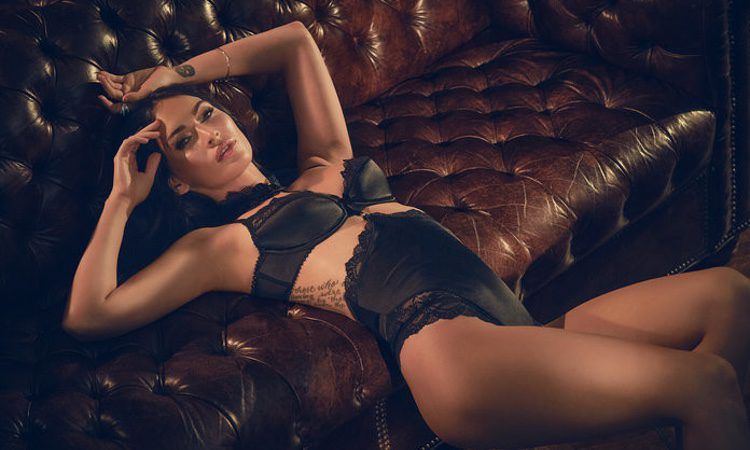 Megan Fox con un conjunto lencero negro de Frederick's of Hollywood