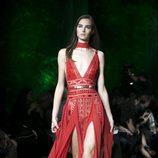 Vestido rojo con pedrería de Elie Saab primavera/verano 2018 en la París Fashion Week