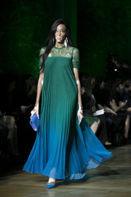 Vestido largo degradado de Elie Saab primavera/verano 2018 en la París Fashion Week