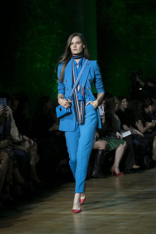 Traje de chaqueta azul de Elie Saab primavera/verano 2018 en la París Fashion Week