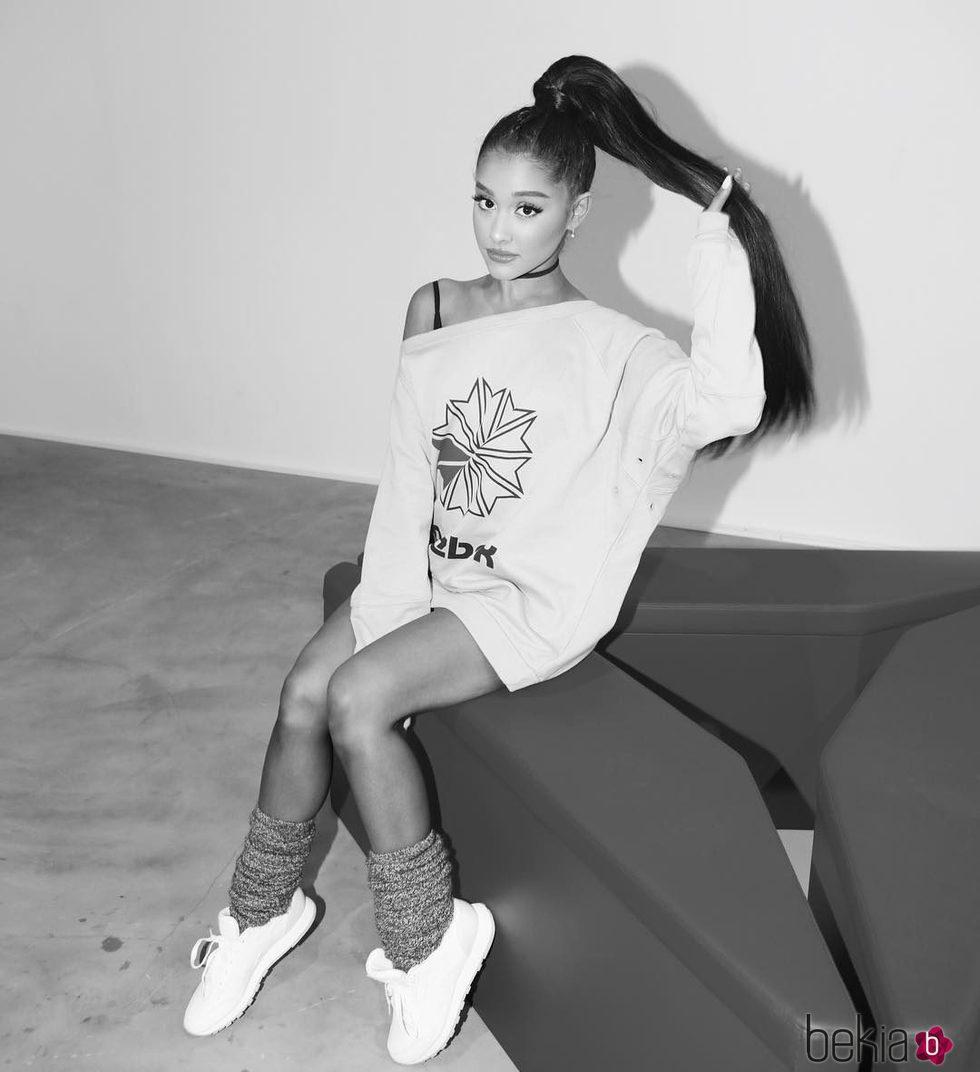 Ariana Grande luciendo una sudadera de Reebok como embajadora de la firma