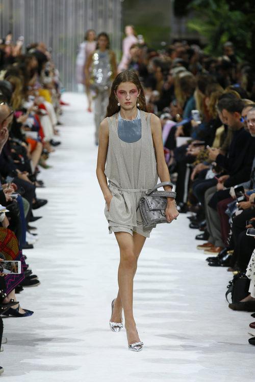 Mono de superposiciones de la colección primavera/verano 2018 de Valentino en Paris Fashion Week