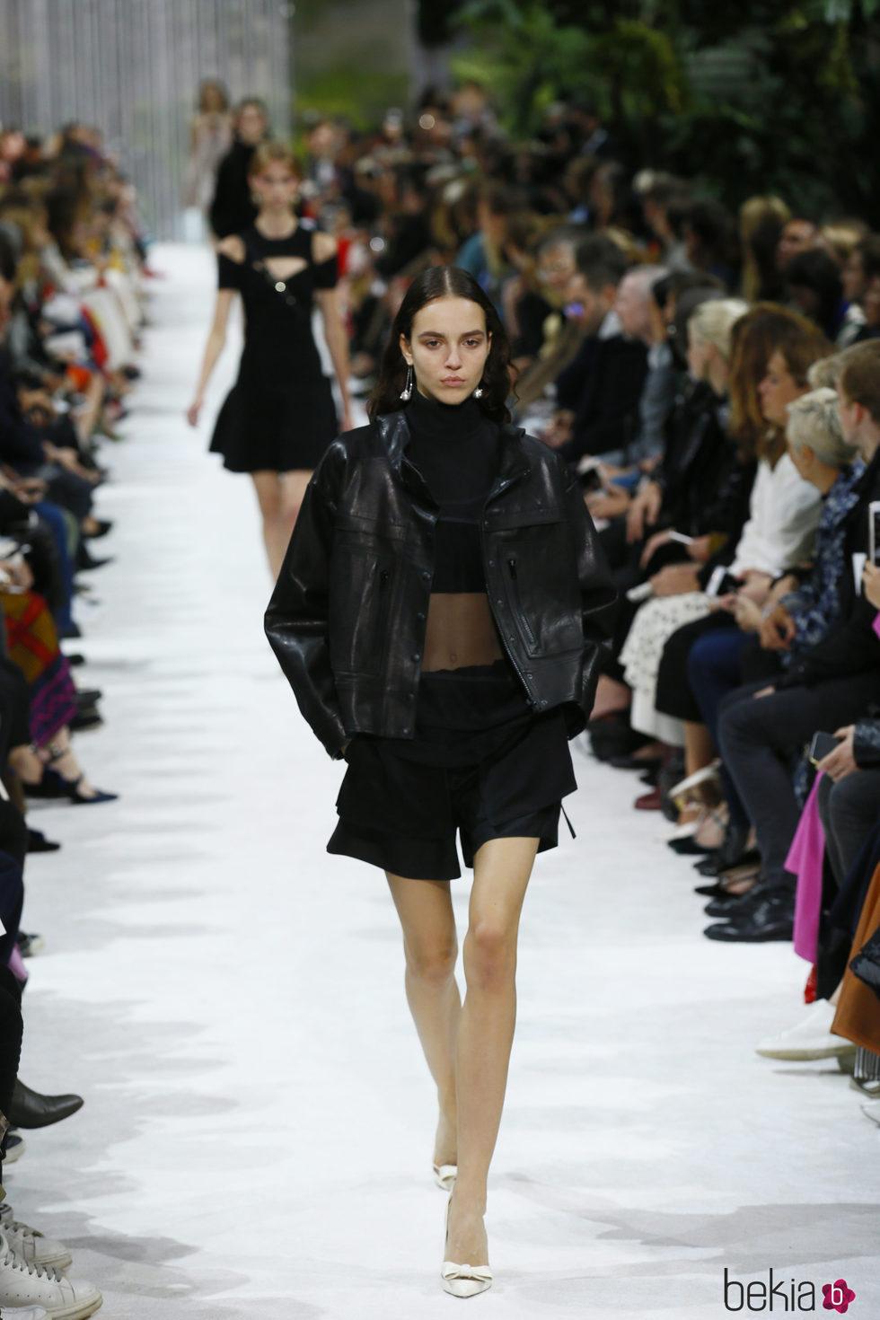 look total black de la colecci n primavera verano 2018 de valentino en paris fashion week. Black Bedroom Furniture Sets. Home Design Ideas
