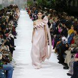 Vestido rosa asimétrico de la colección primavera/verano 2018 de Valentino en Paris Fashion Week