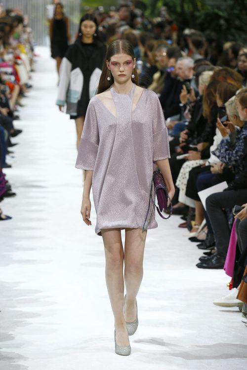 Vestido morado con brillantes de la colección primavera/verano 2018 de Valentino en Paris Fashion Week