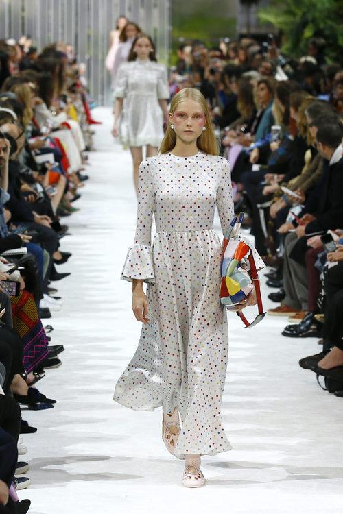 Vestido blanco con lunares de la colección primavera/verano 2018 de Valentino en Paris Fashion Week
