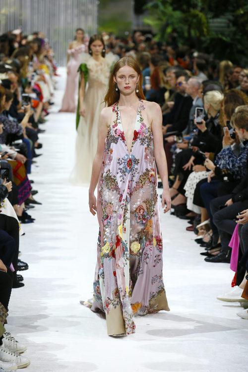 Vestido con estampado de flores de la colección primavera/verano 2018 de Valentino en Paris Fashion Week