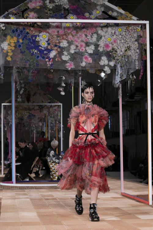 Vestido de volantes de Alexander McQueen primavera/verano 2018 en la París Fashion Week