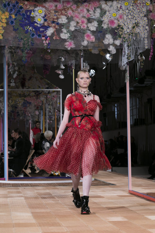 Vestido estampado de Alexander McQueen primavera/verano 2018 en la París Fashion Week