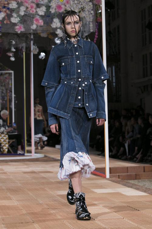 Total look denim de Alexander McQueen primavera/verano 2018 en la París Fashion Week