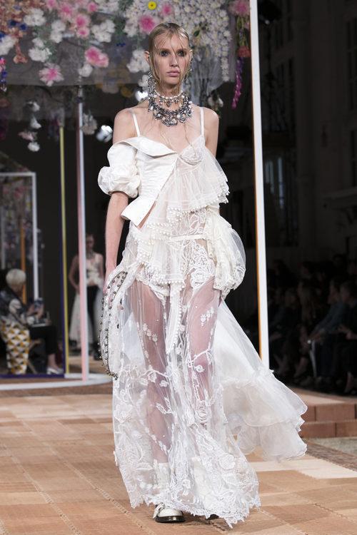 Vestido blanco de Alexander McQueen primavera/verano 2018 en la París Fashion Week