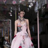 Vestido de flores de Alexander McQueen primavera/verano 2018 en la París Fashion Week