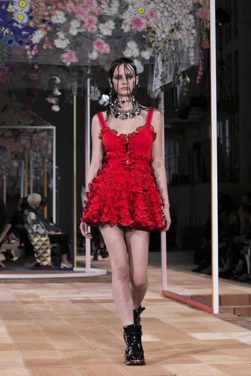 Vestido mini rojo de Alexander McQueen primavera/verano 2018 en la París Fashion Week