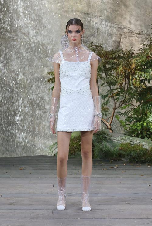 Vestido blanco de la colección primavera/verano 2018 de Chanel en Paris Fashion Week
