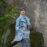 Gabardina azul de plástico de la colección primavera/verano 2018 de Chanel en Paris Fashion Week
