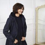 Ines de la Fressange posando con chaqueta de la nueva colección de Uniqlo de la temporada otoño/invierno 2017