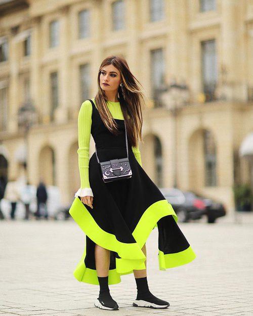 Madame de Rosa con superposición de prendas del diseñador Estéban Cortazar en temporada otoño Fashion Week París 2017