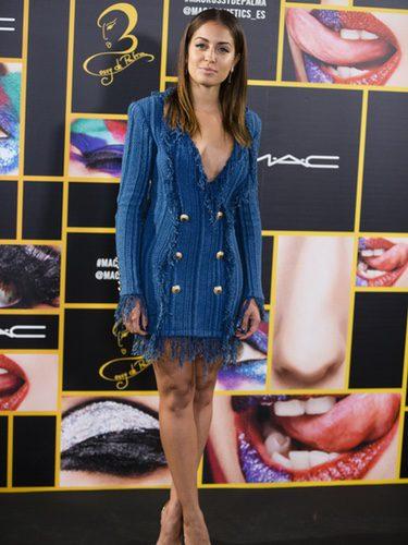 Hiba Abouk en la presentación de Rossy de Palma por Mac Cosmetics con un vestido azul de flecos de Belmain