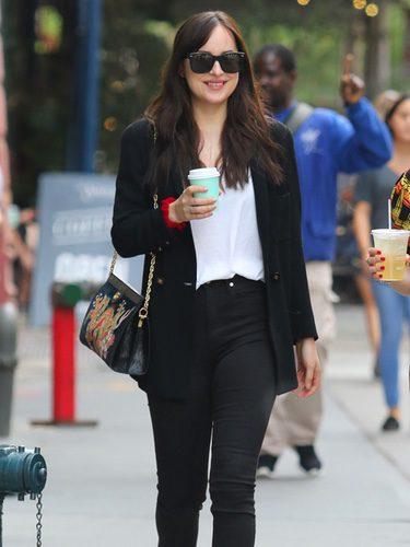 Dakota Johnson paseando después de su cumpleaños por las calles de Nueva York